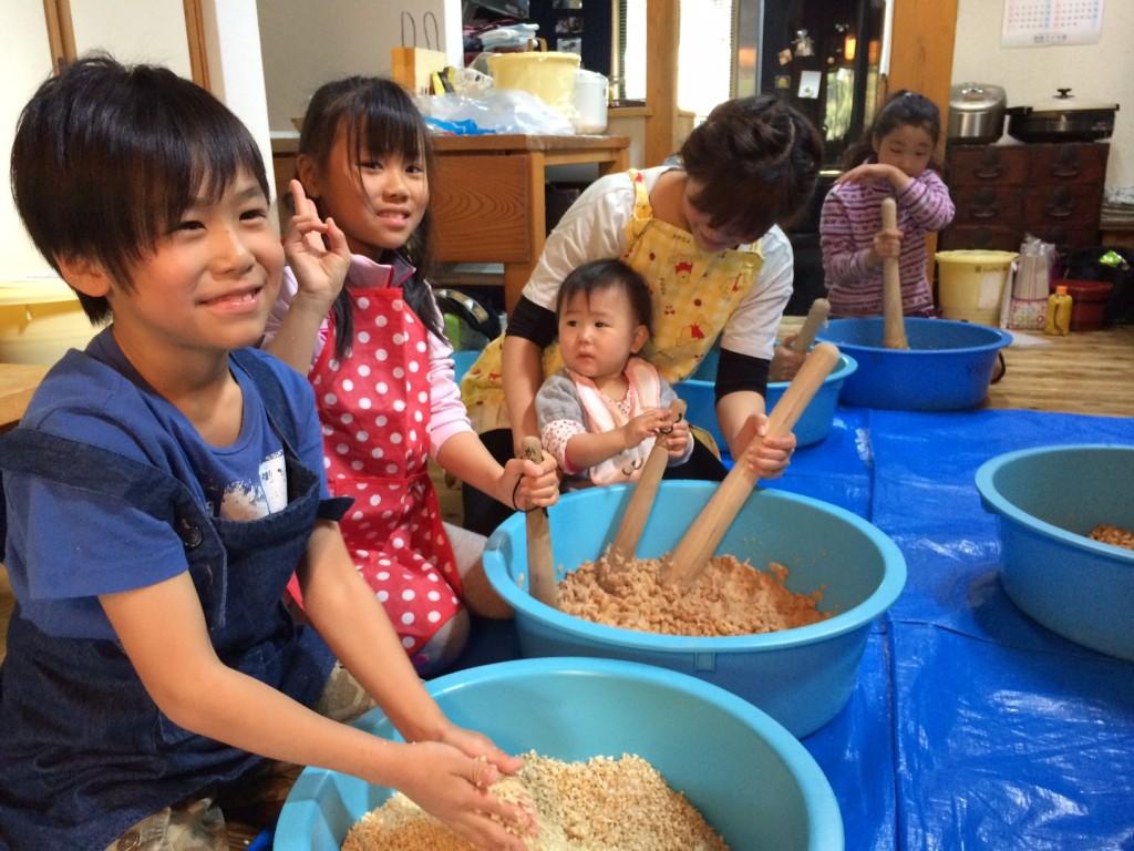 味噌を作る子供